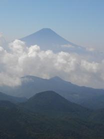 大弛峠から金峰山への道中、朝日岳から見た富士山